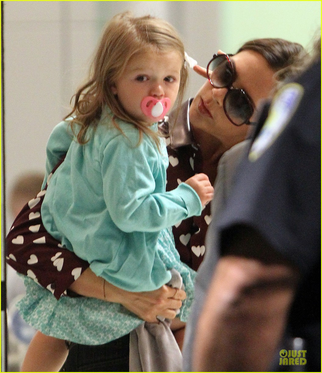 victoria beckham hearts harper at jfk airport 092943204