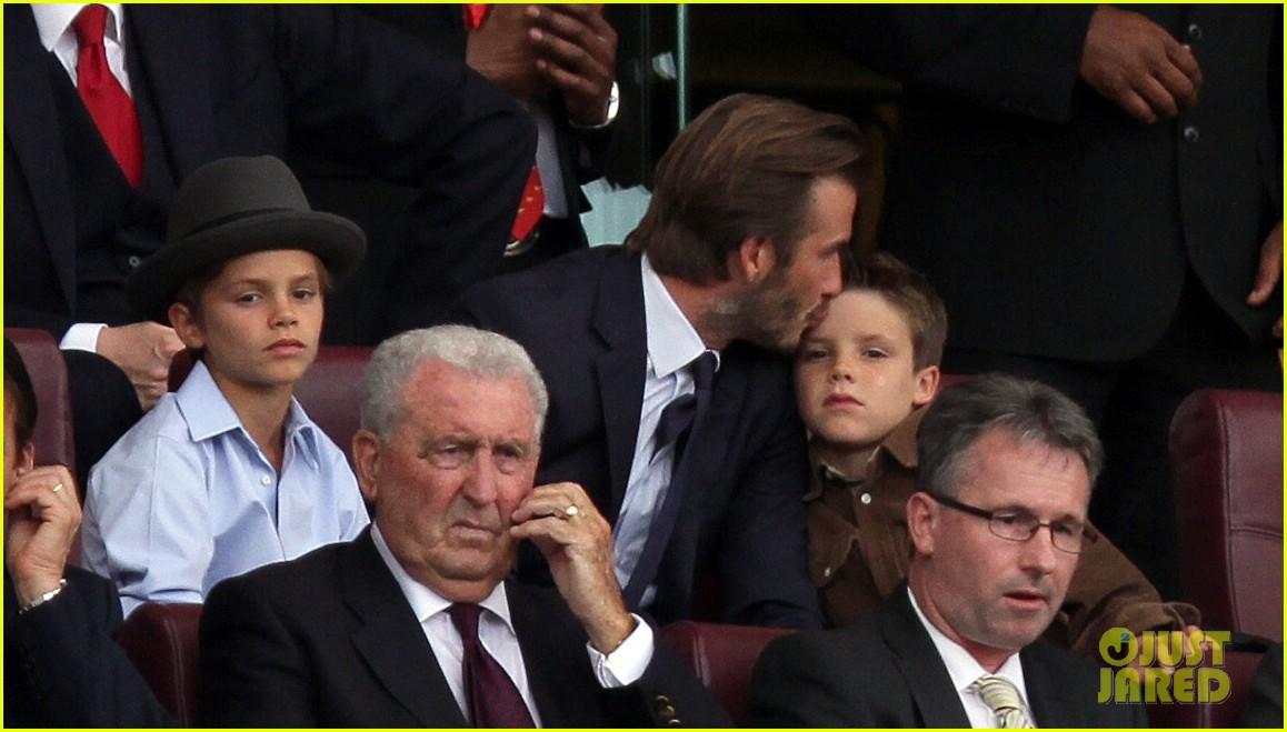 david beckham kisses cruz at soccer match 242942046