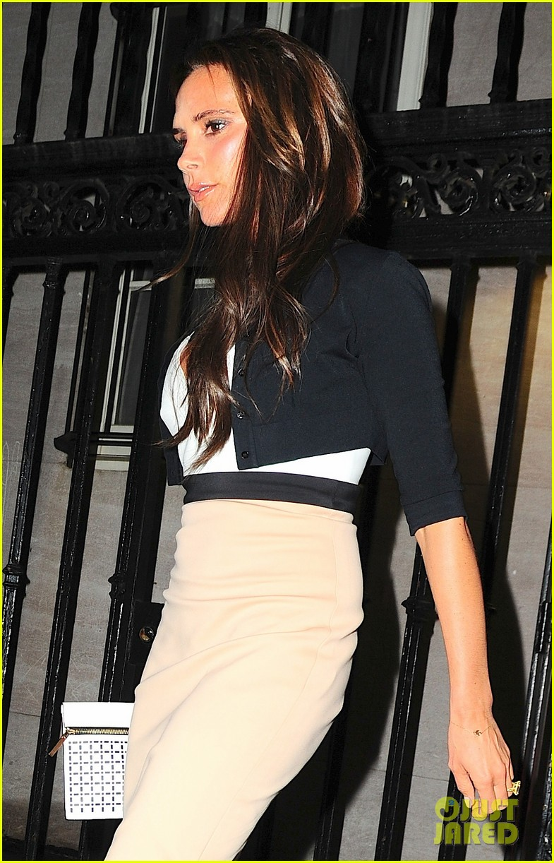victoria beckham works while david beckham harper play 122950167