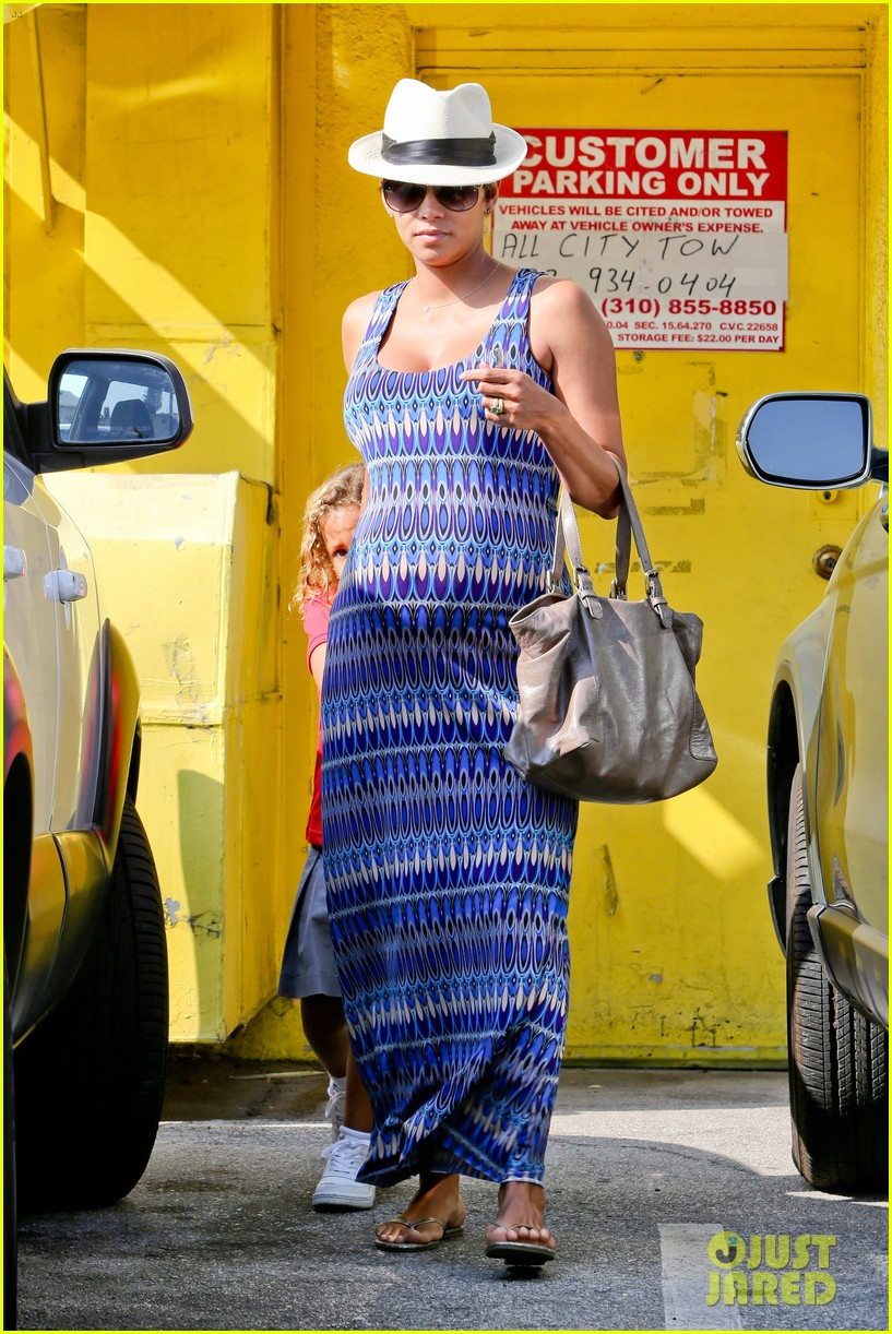 halle berry aahs shopping trip with nahla 052950692