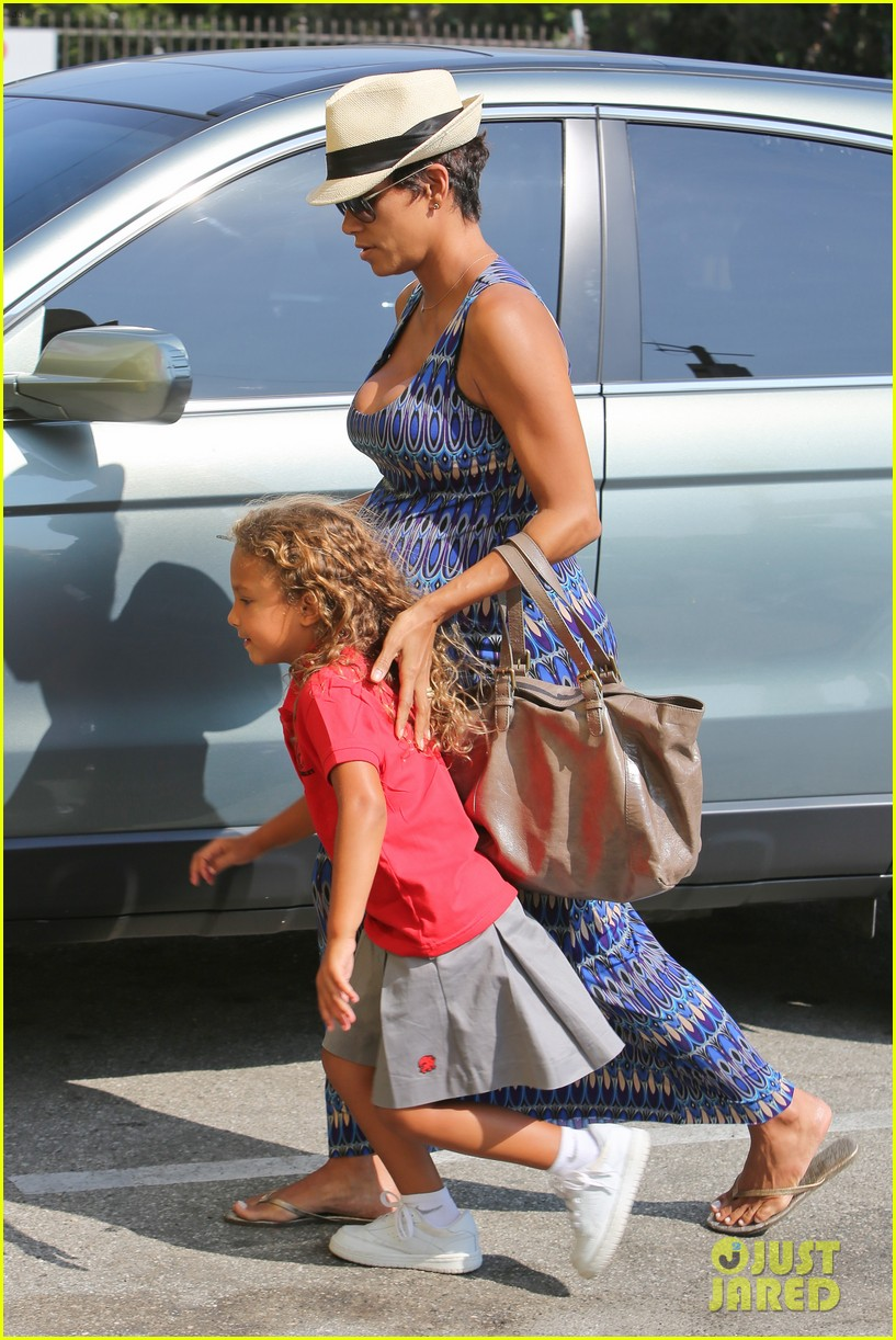 halle berry aahs shopping trip with nahla 092950696