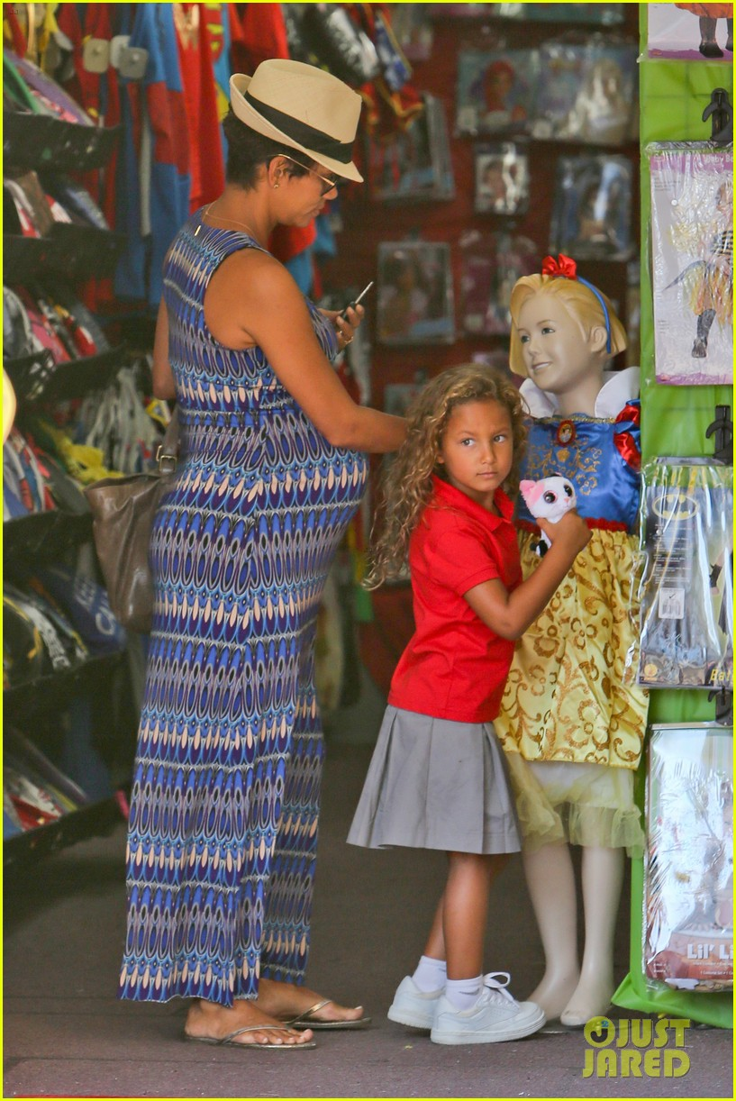 halle berry aahs shopping trip with nahla 142950701