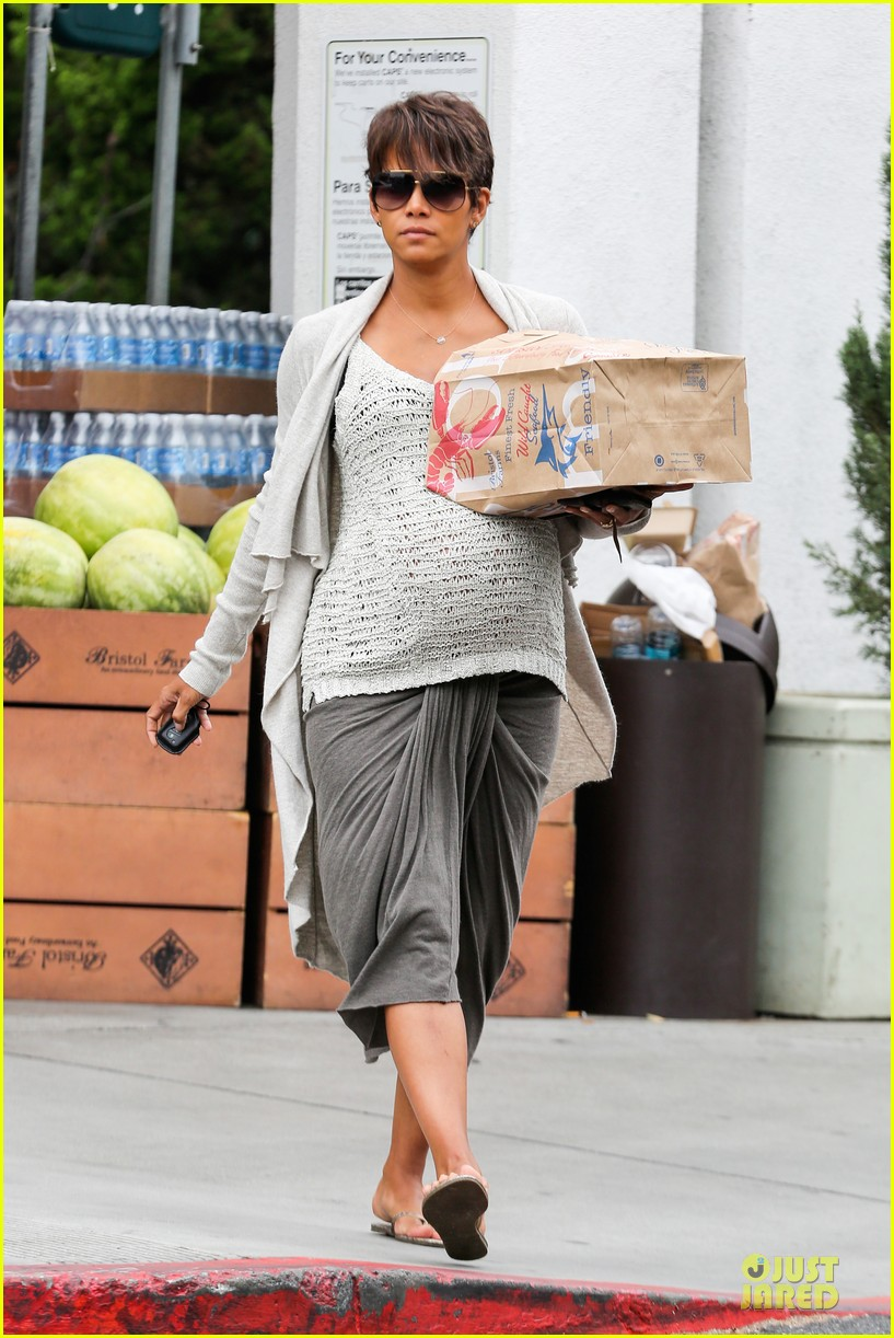 halle berry carries grocery bag on growing baby bump 012956221