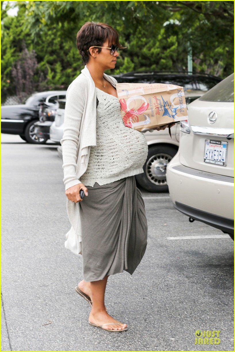 halle berry carries grocery bag on growing baby bump 032956223
