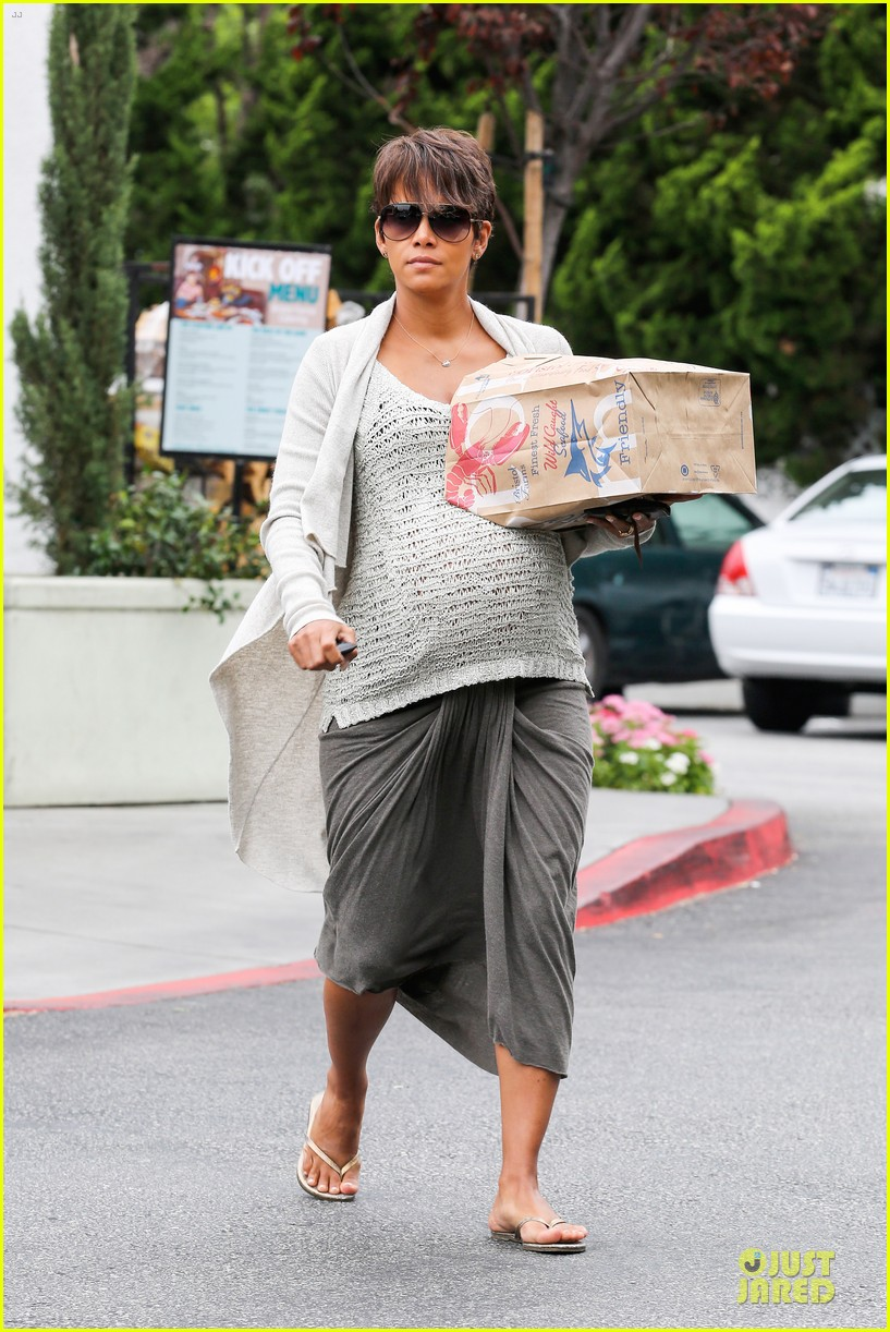 halle berry carries grocery bag on growing baby bump 062956226