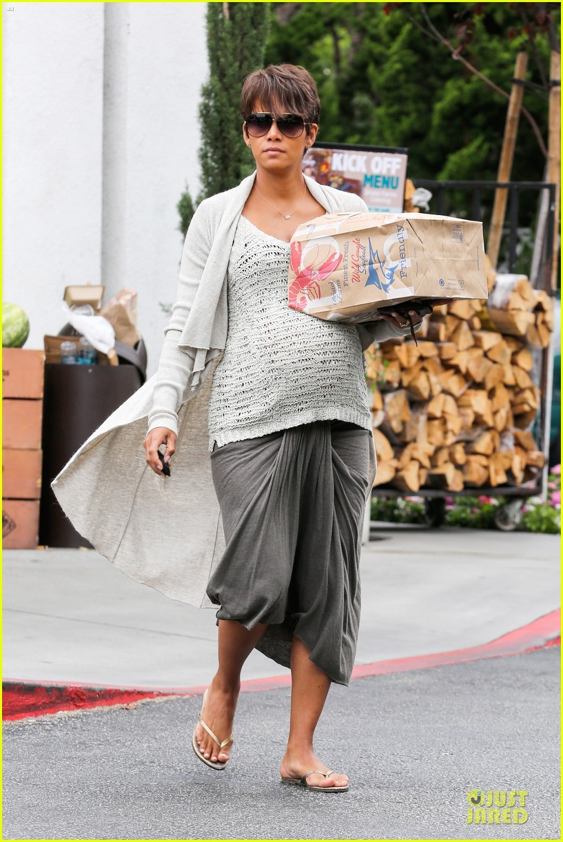 halle berry carries grocery bag on growing baby bump 142956234