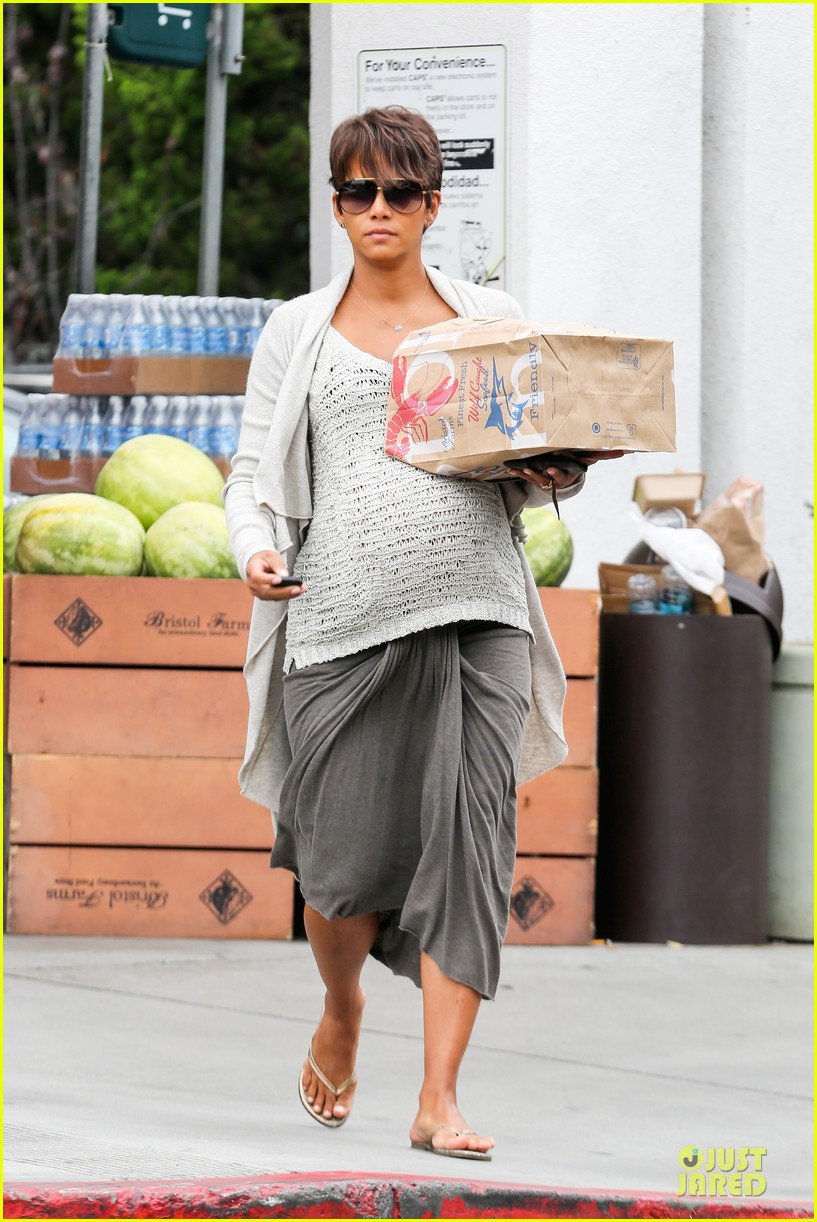 halle berry carries grocery bag on growing baby bump 192956239