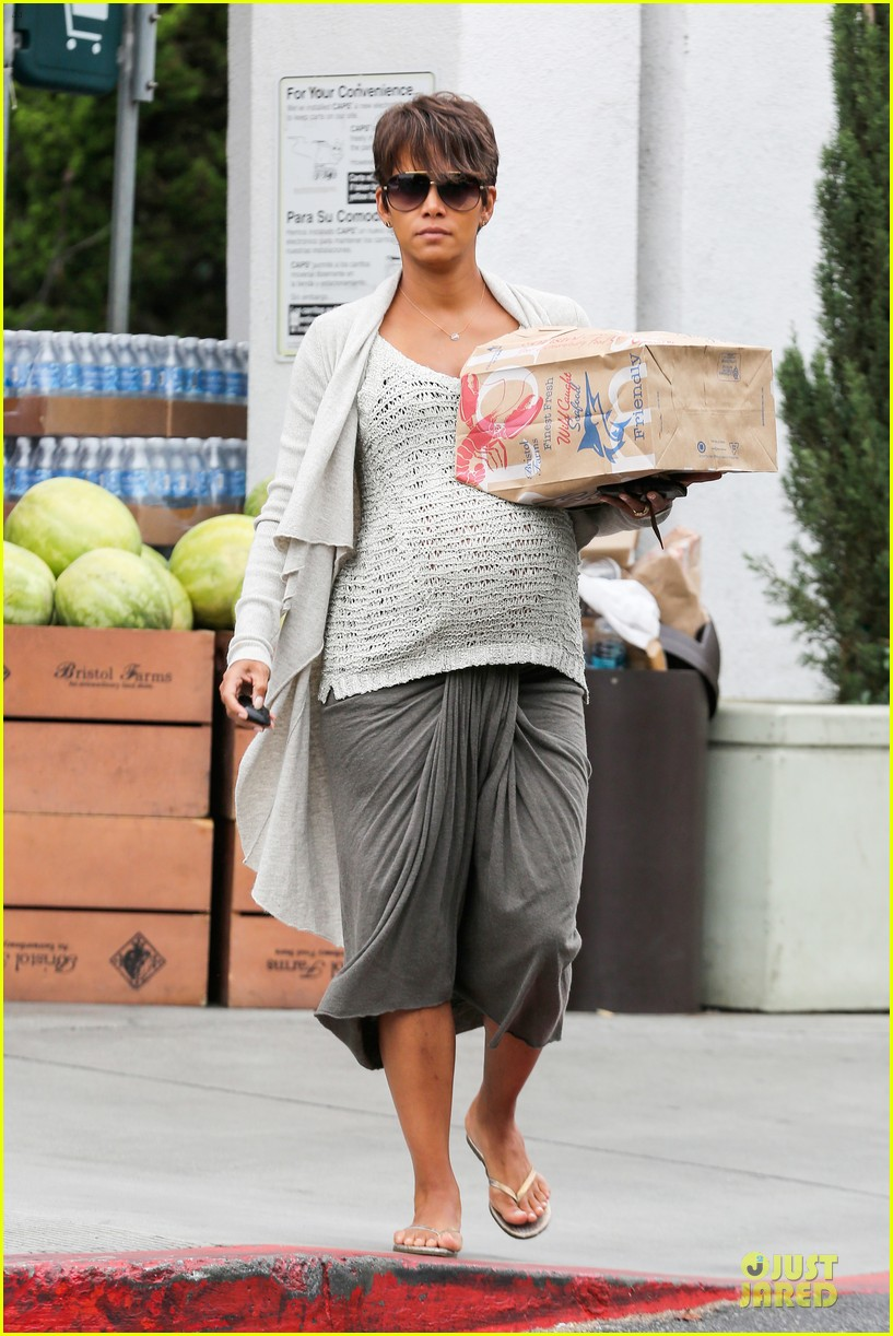 halle berry carries grocery bag on growing baby bump 222956242