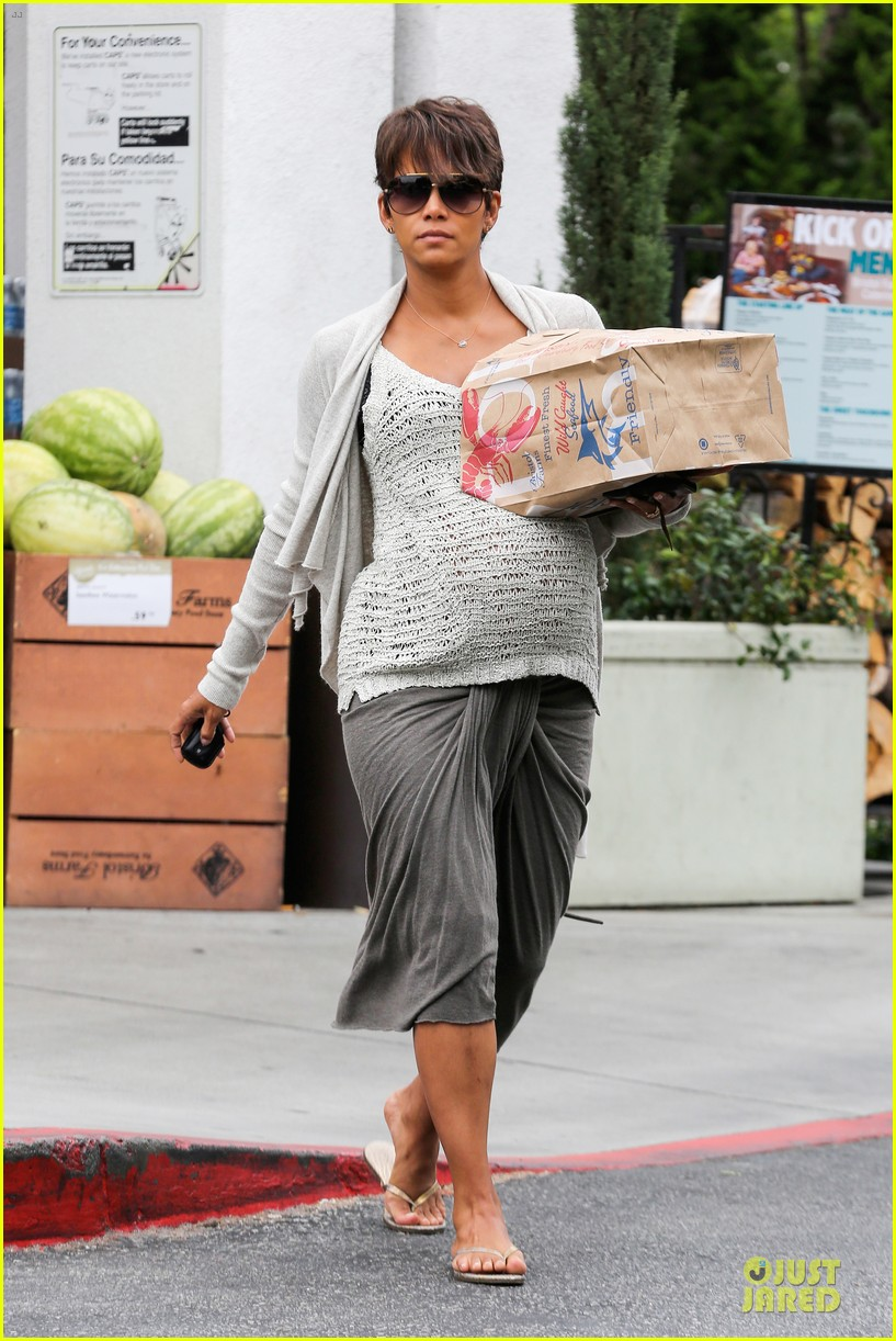 halle berry carries grocery bag on growing baby bump 232956243