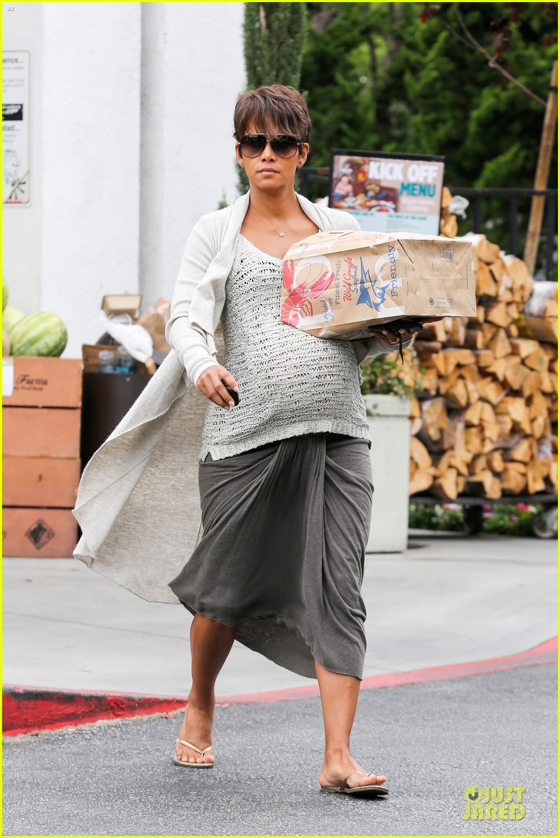 halle berry carries grocery bag on growing baby bump 242956244