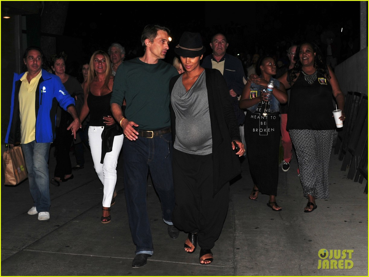 halle berry dances at concert with large baby bump 012953596