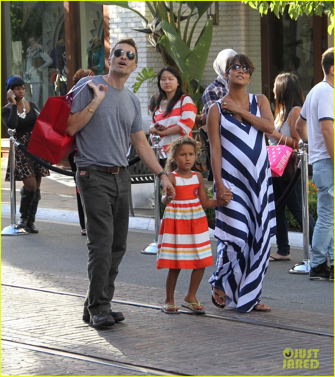 pregnant halle berry olivier martinez grove with nahla 032959012