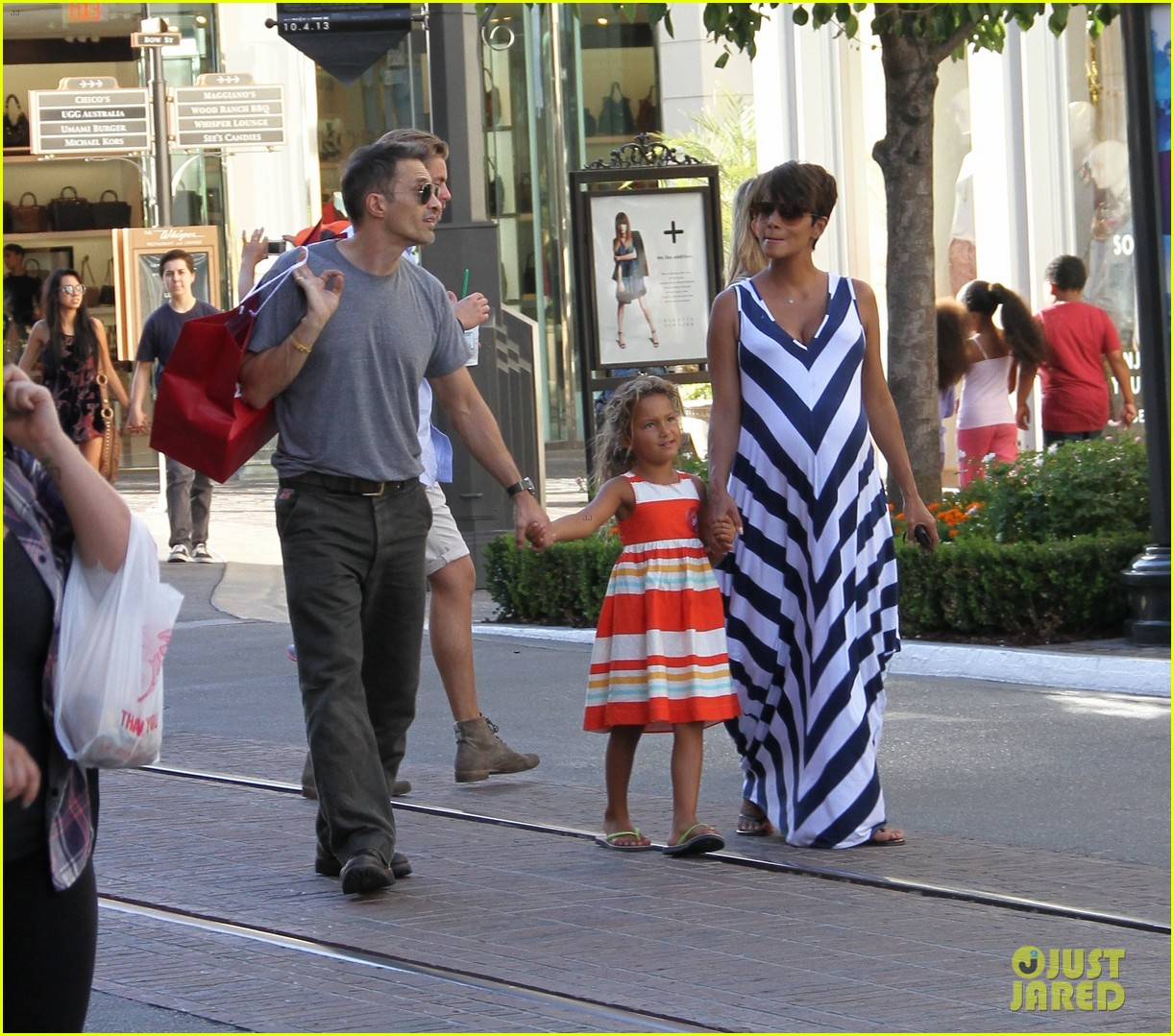 pregnant halle berry olivier martinez grove with nahla 042959013