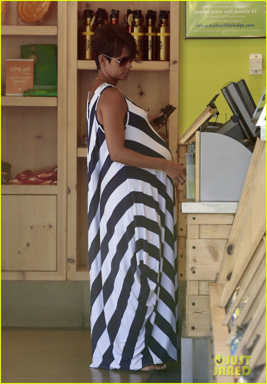 pregnant halle berry olivier martinez grove with nahla 152959024