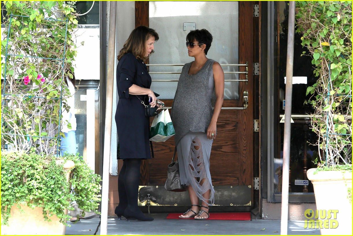 pregnant halle berry eats for two at madeos 202955594
