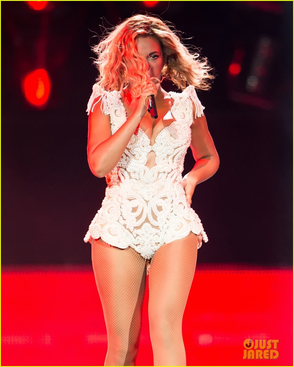 beyonce rocks new outfit at made in america festival 082941497