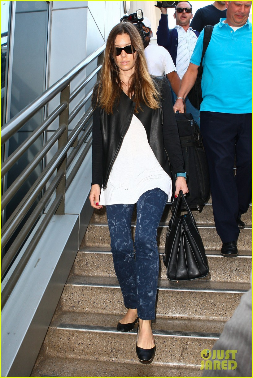 jessica biel officialy changes her last name to timberlake 052950723