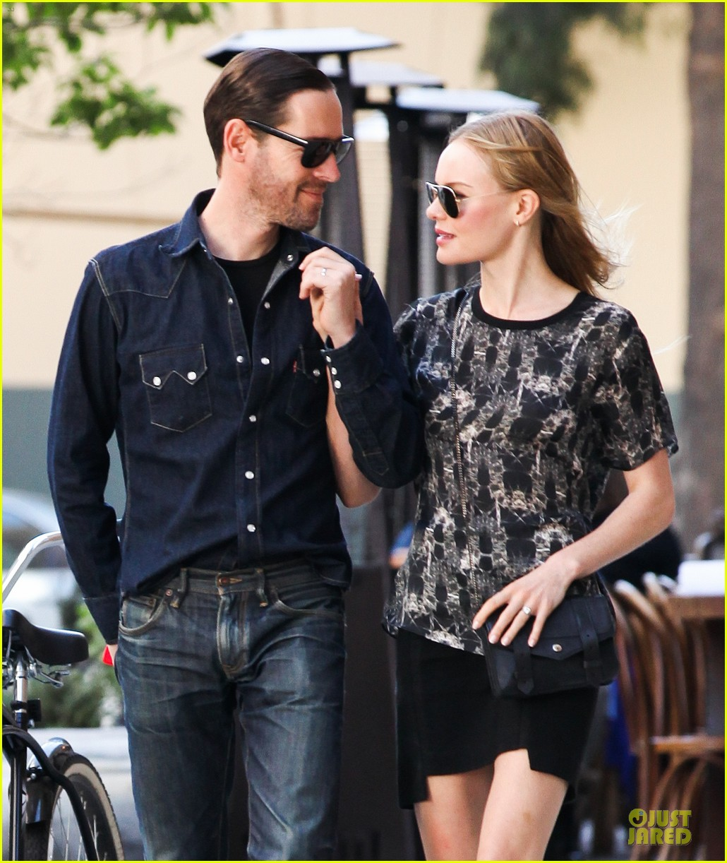 kate bosworth michael polish hold hands after catalina festival 02