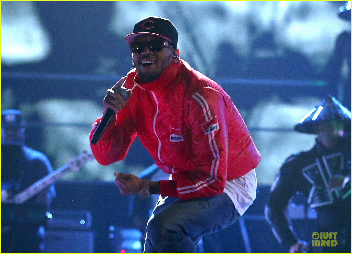 chris brown flashy dance moves at iheartradio music festival 122956616