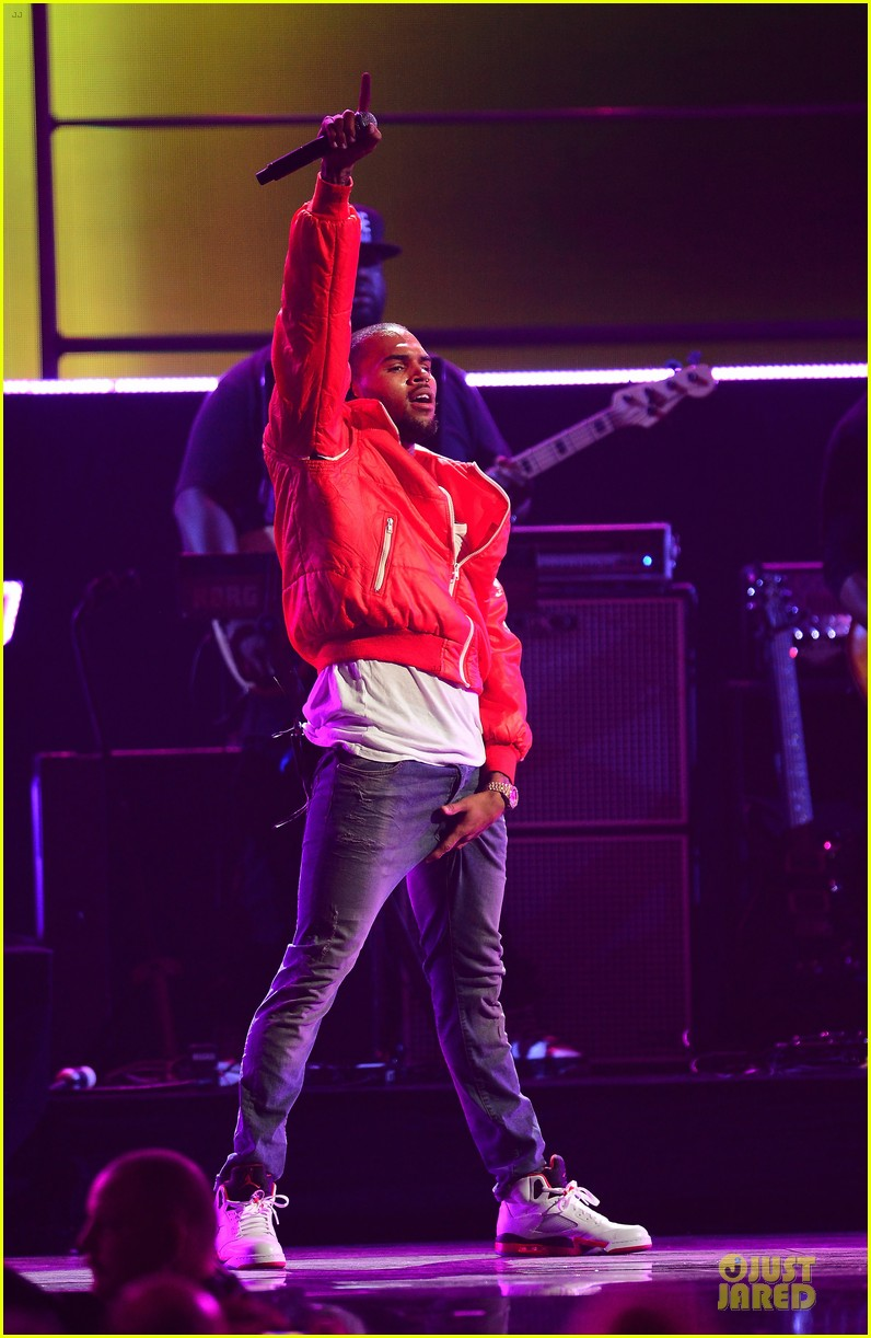 chris brown flashy dance moves at iheartradio music festival 14