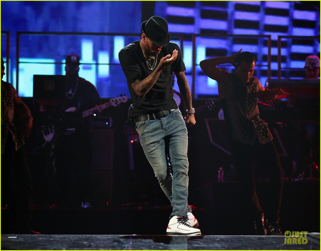 chris brown flashy dance moves at iheartradio music festival 192956623
