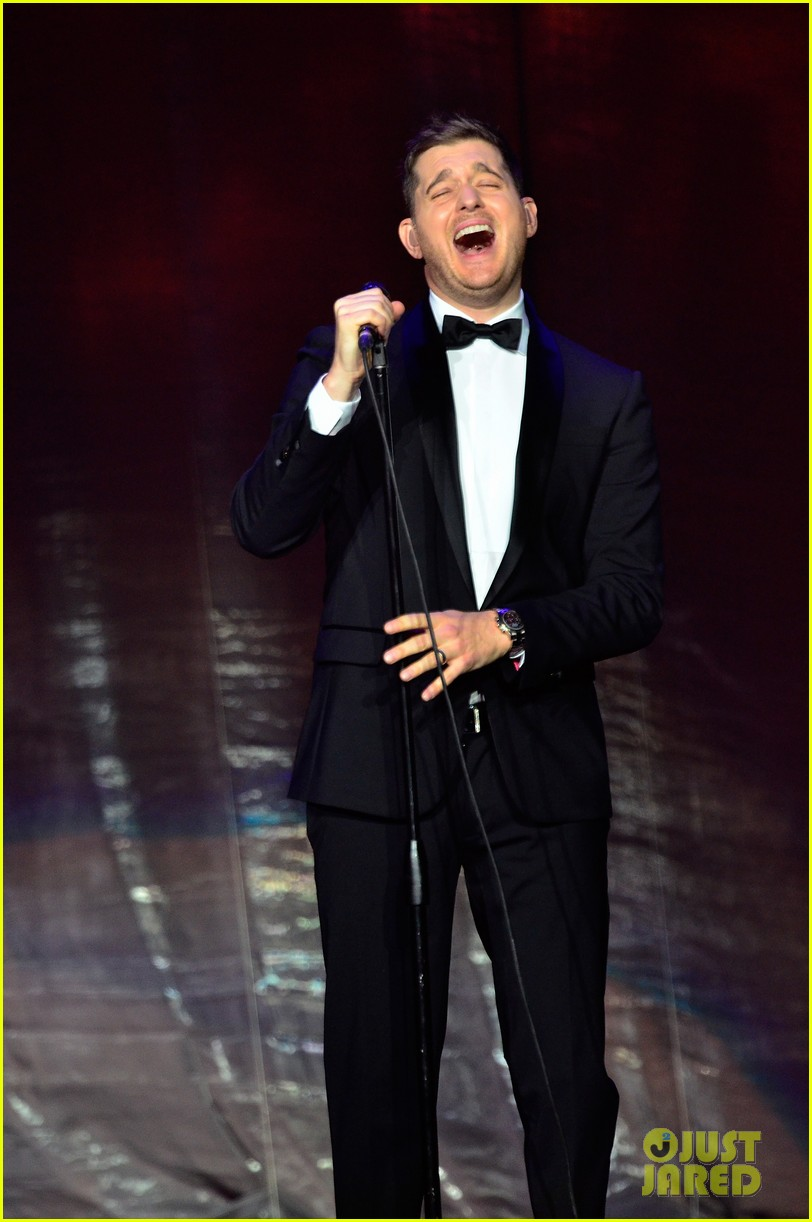 michael buble ends concert with amazing unplugged moment 032963124
