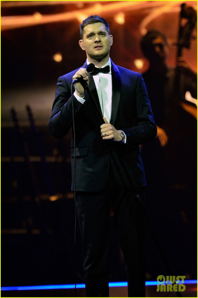 michael buble ends concert with amazing unplugged moment 052963126