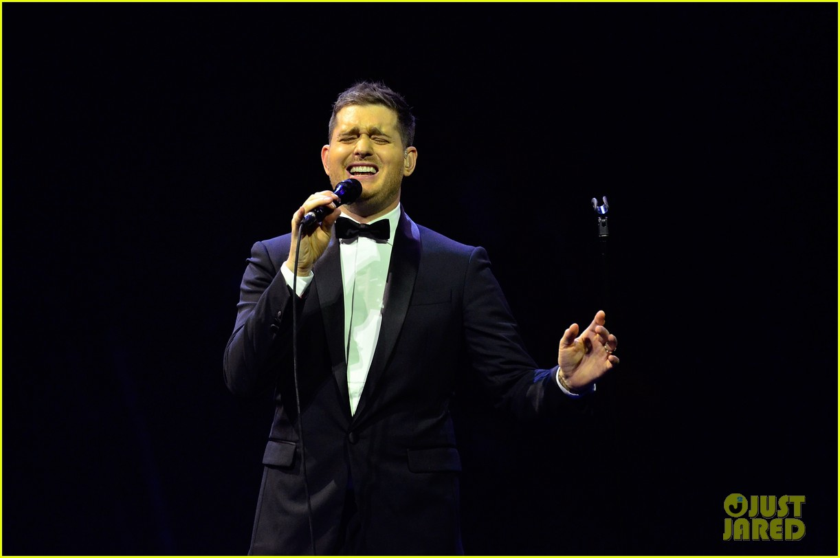 michael buble ends concert with amazing unplugged moment 082963129