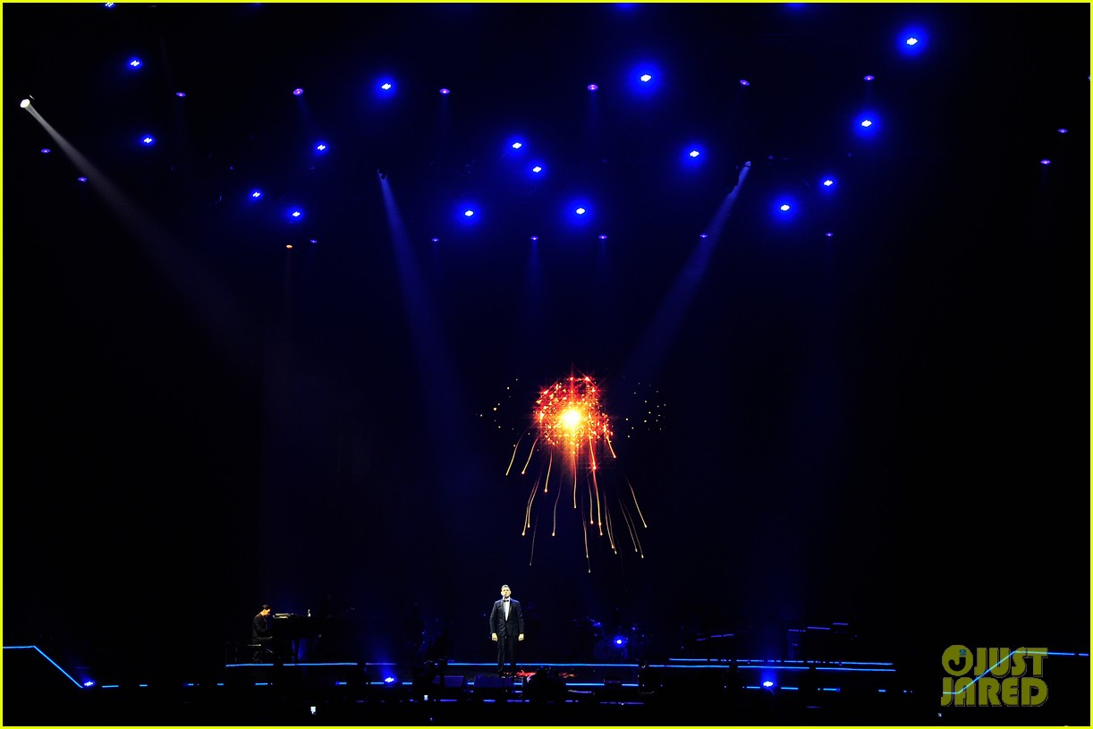 michael buble ends concert with amazing unplugged moment 092963130