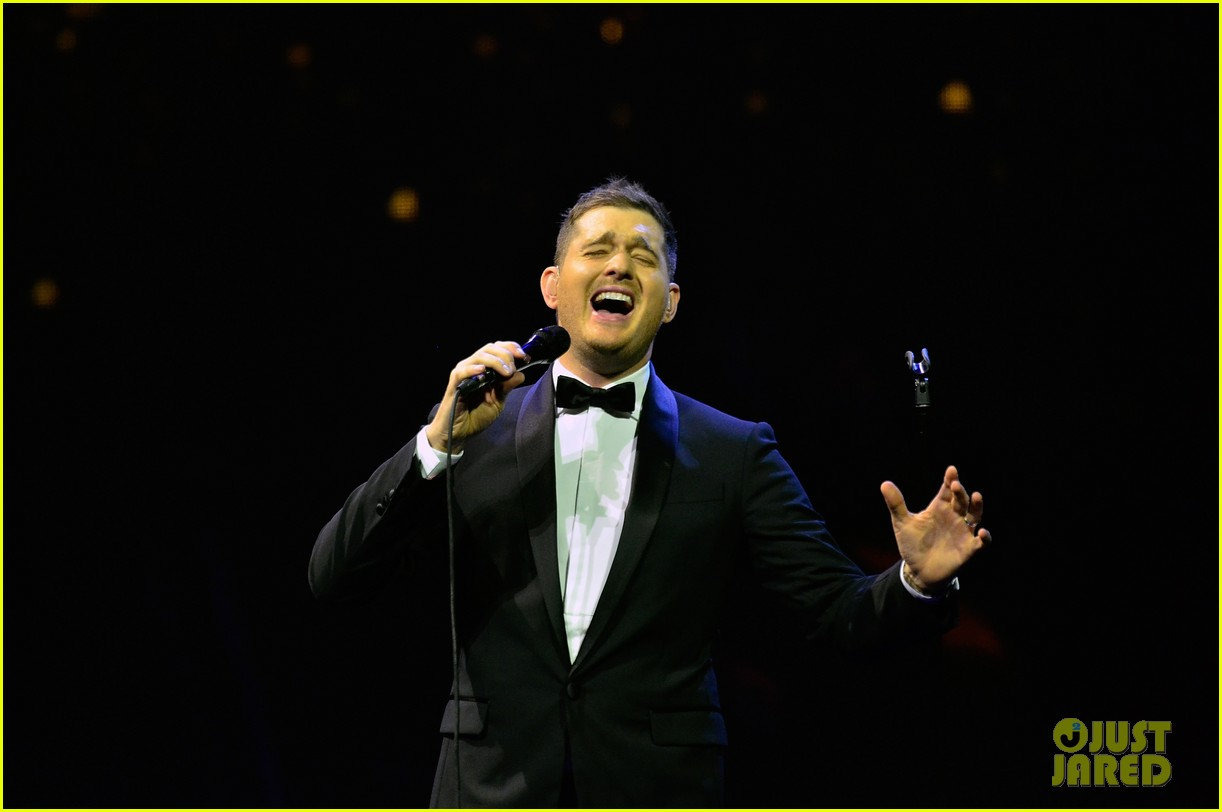michael buble ends concert with amazing unplugged moment 122963133