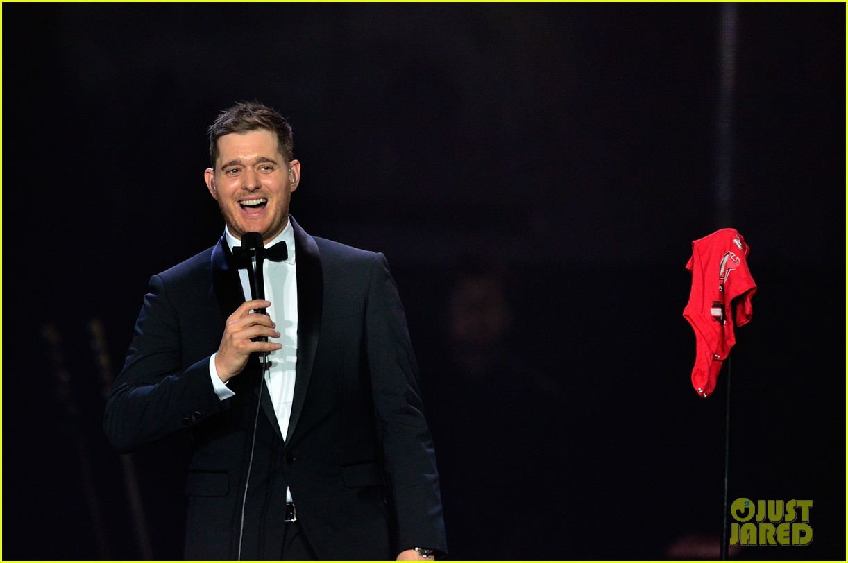 michael buble ends concert with amazing unplugged moment 152963136
