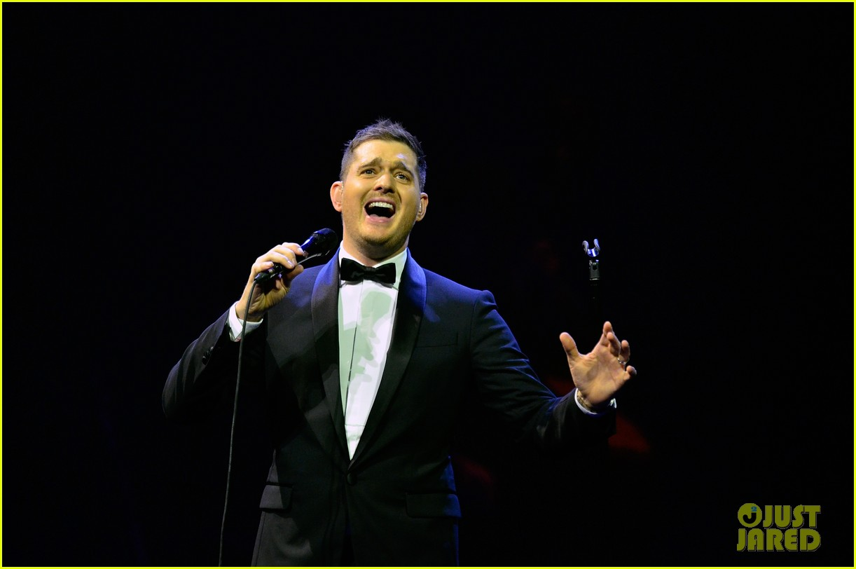 michael buble ends concert with amazing unplugged moment 172963138