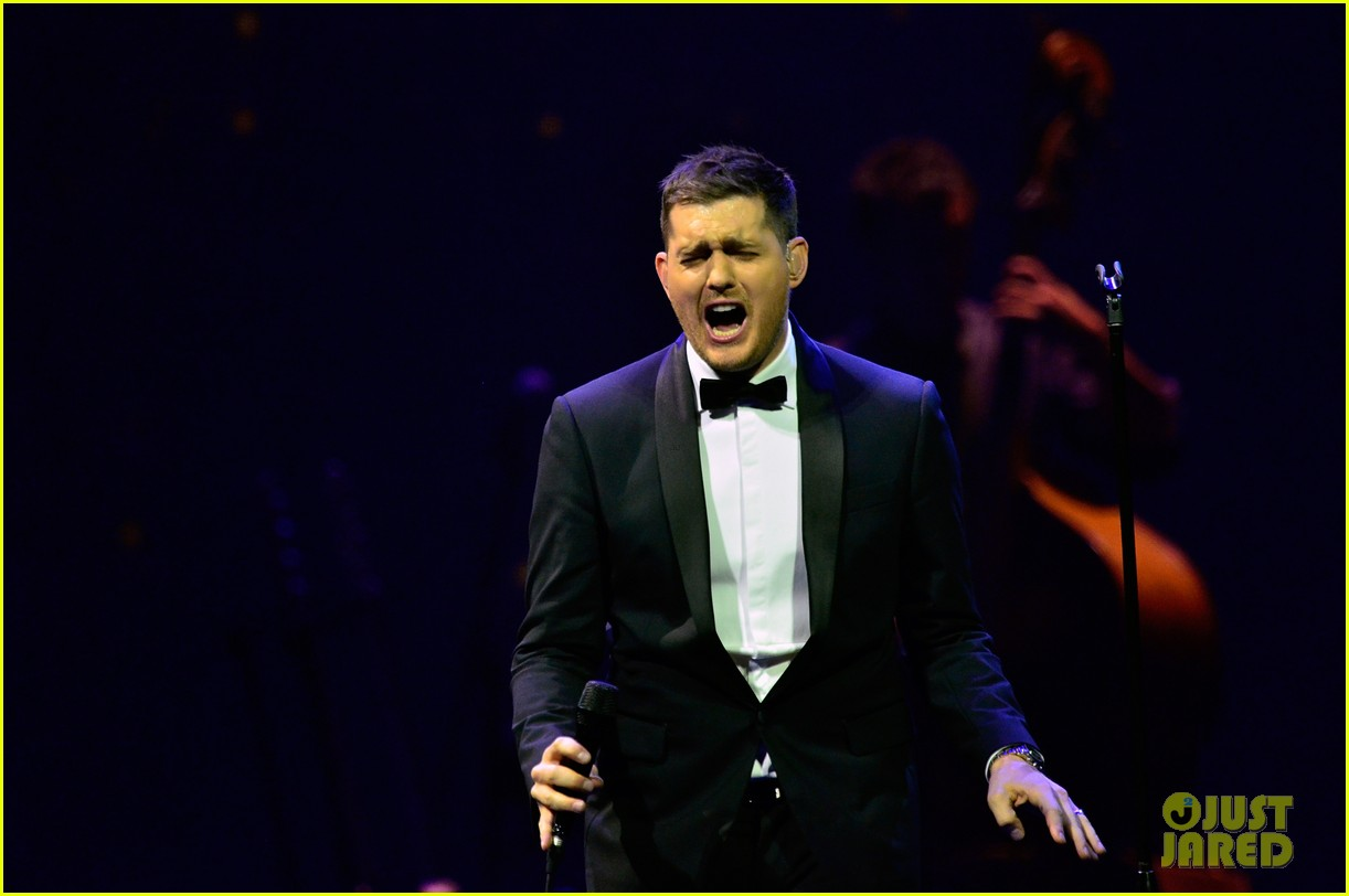 michael buble ends concert with amazing unplugged moment 182963139
