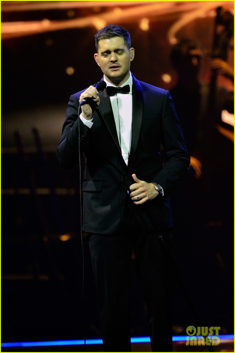 michael buble ends concert with amazing unplugged moment 192963140