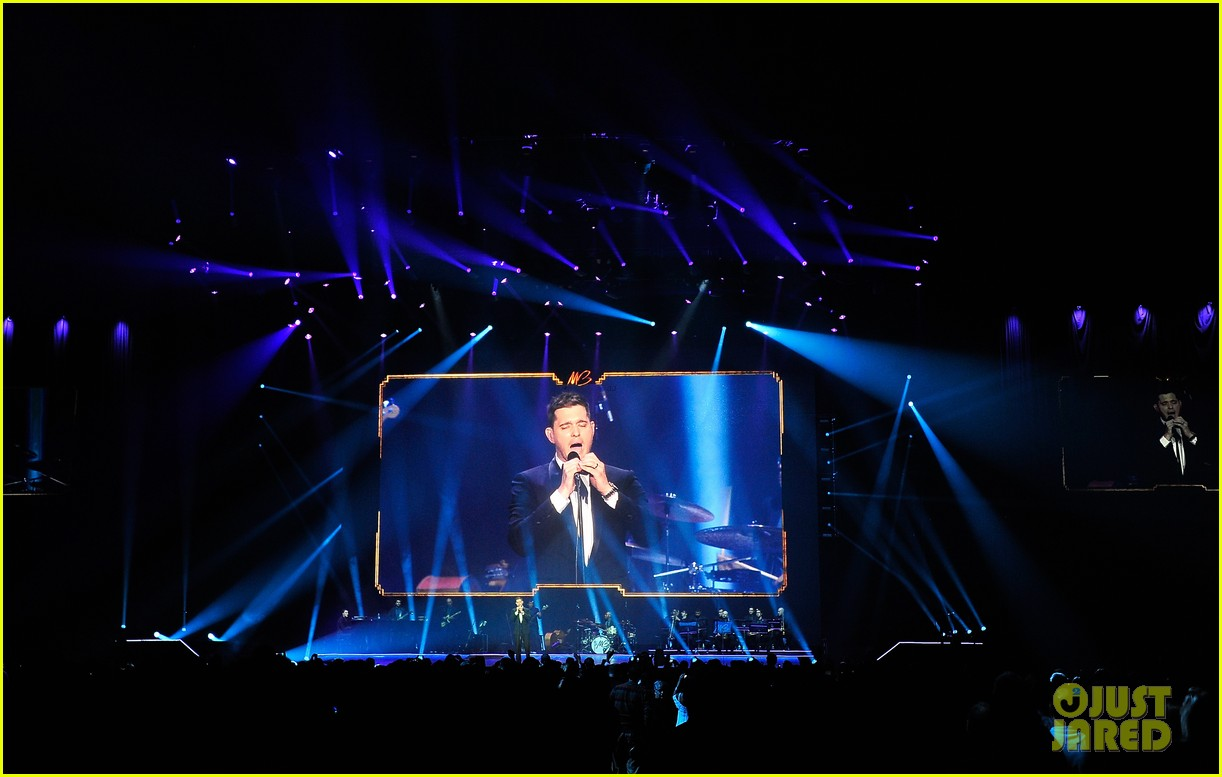 michael buble ends concert with amazing unplugged moment 25