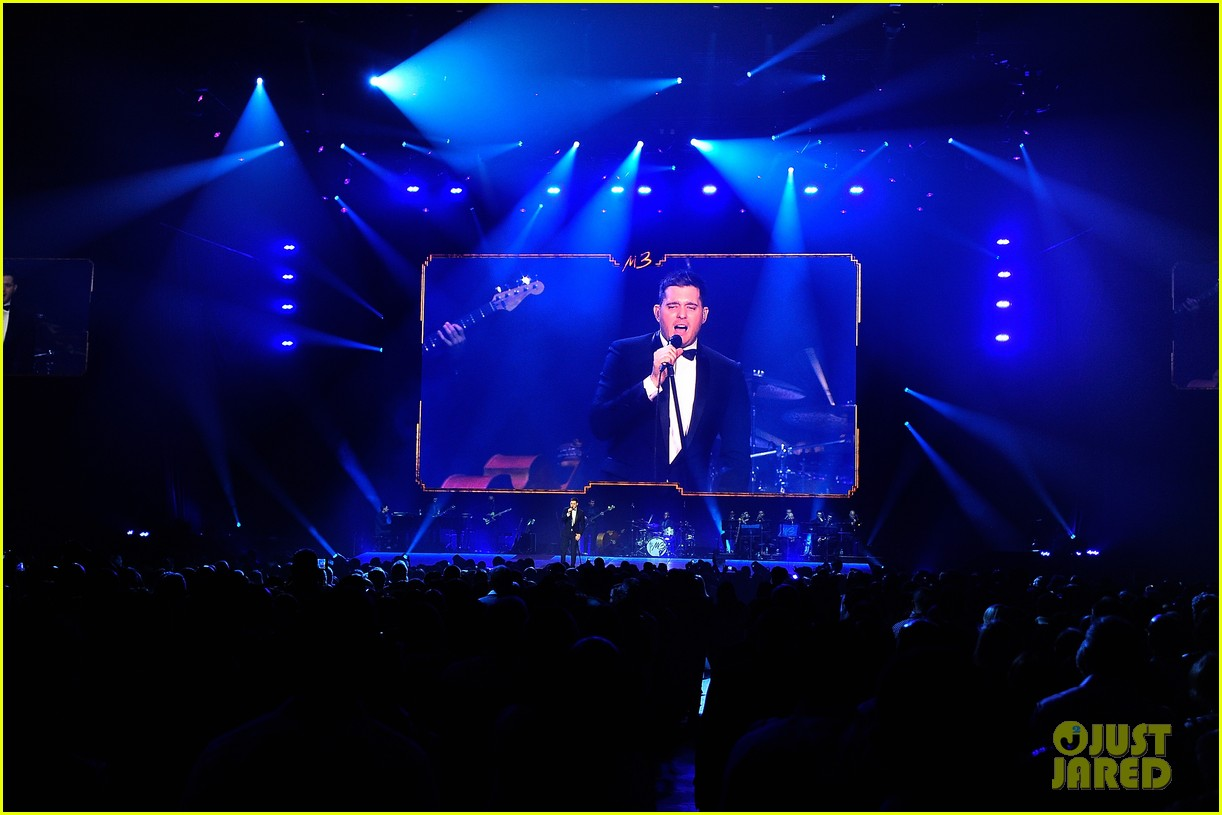 michael buble ends concert with amazing unplugged moment 292963150