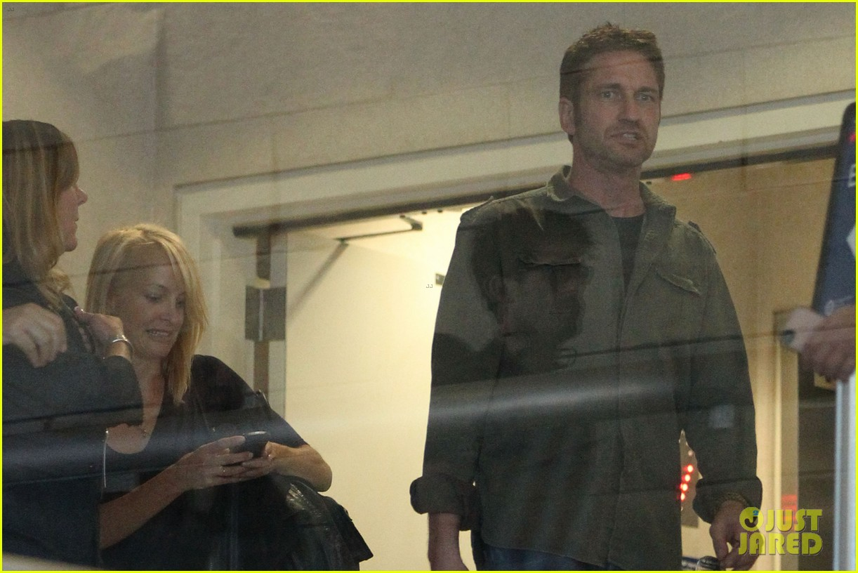 gerard butler catches a flight out of los angeles 022960672