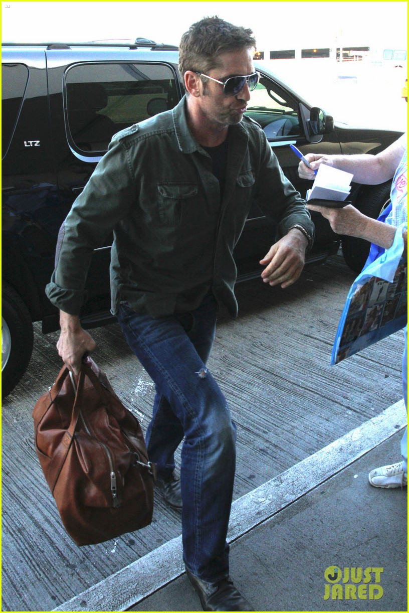 gerard butler catches a flight out of los angeles 03