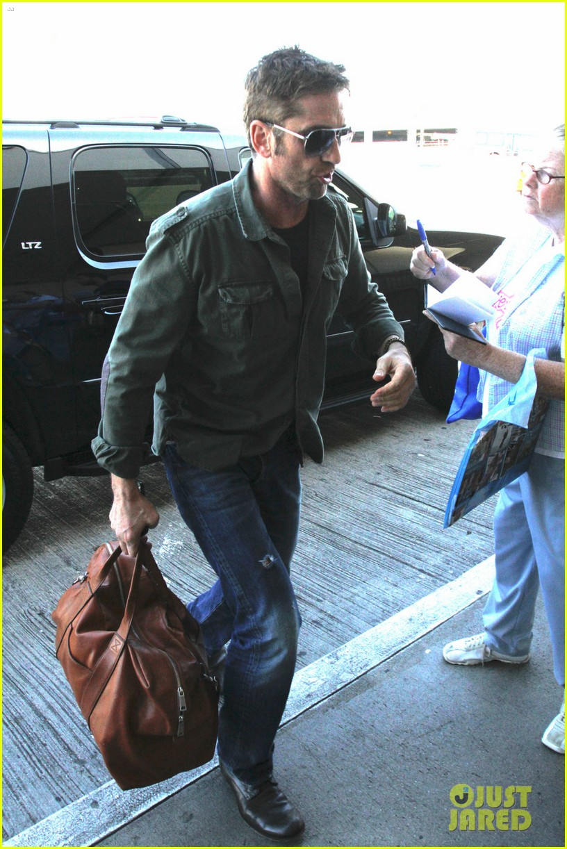 gerard butler catches a flight out of los angeles 042960674
