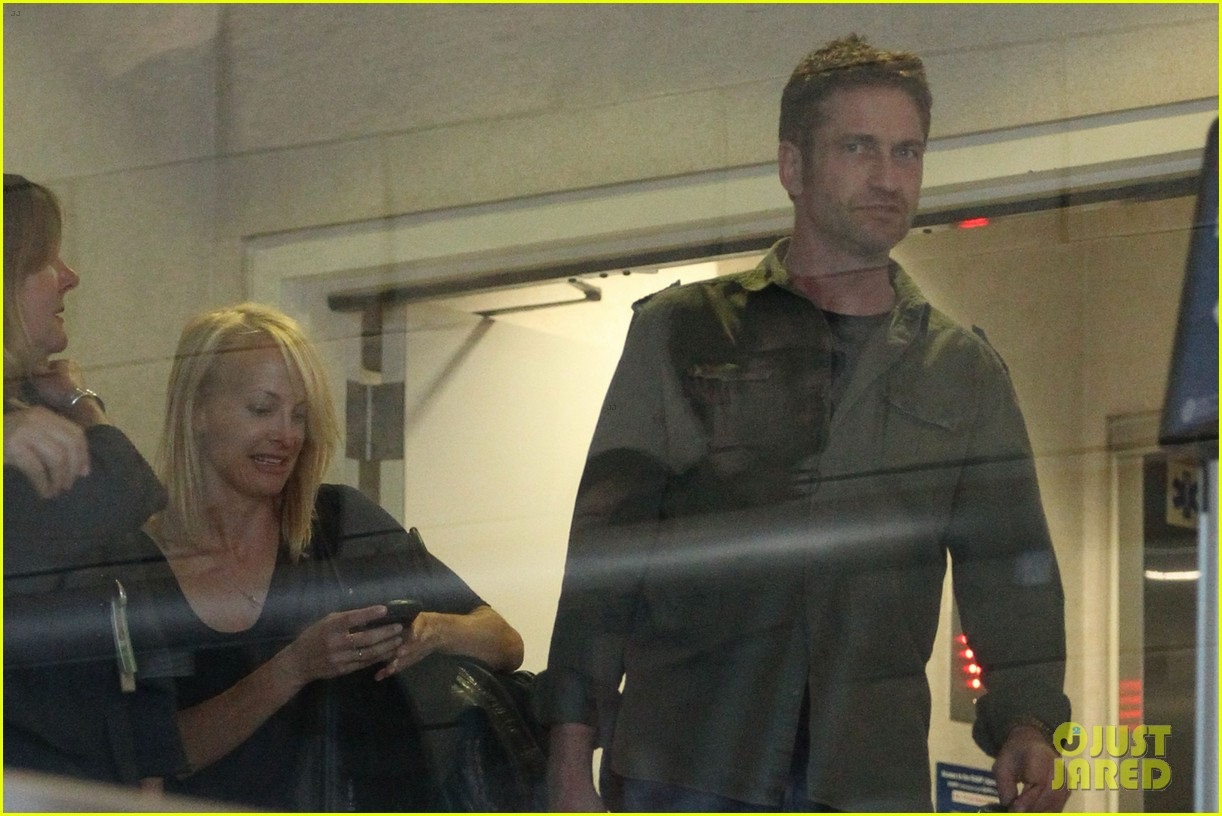 gerard butler catches a flight out of los angeles 062960676
