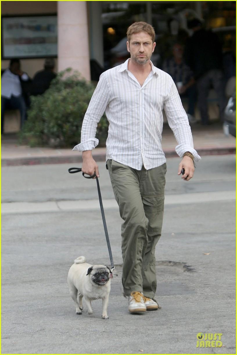 gerard butler malibu stroll with pet pooch lolita 05