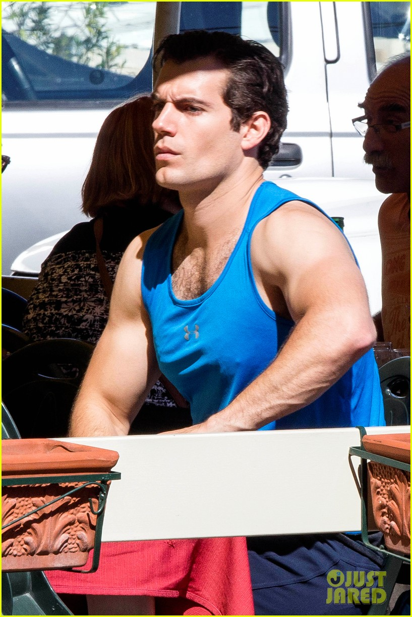 henry cavill shows off muscular arms for man from uncle 032960613