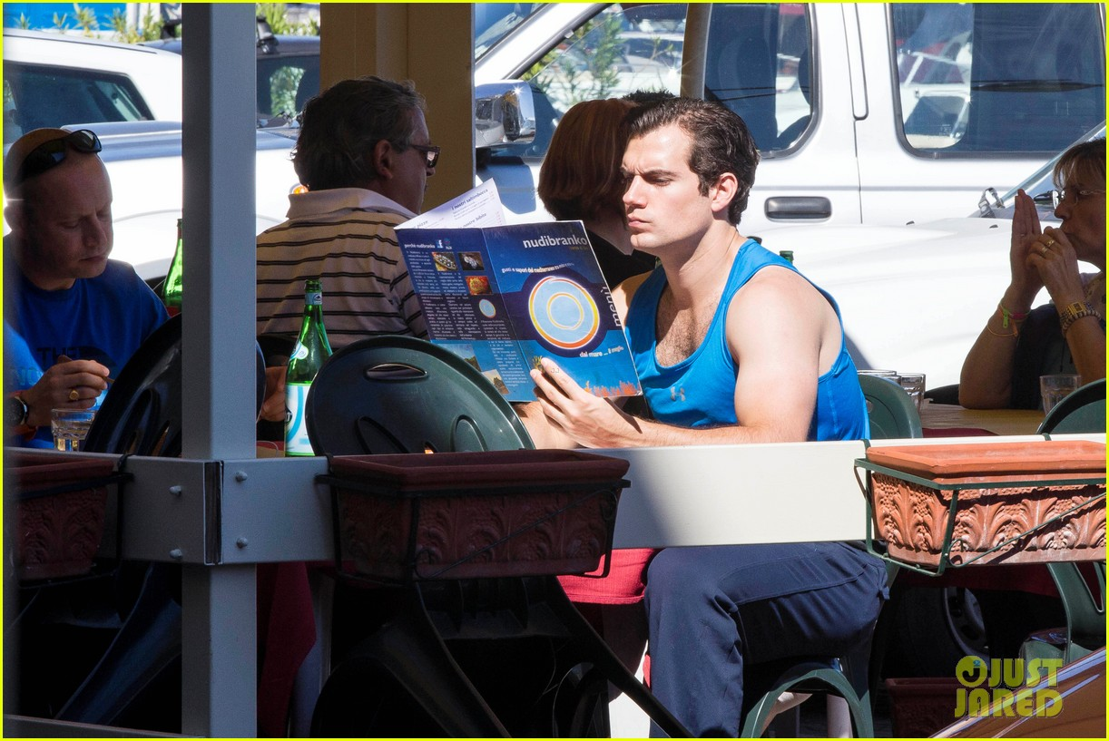 henry cavill shows off muscular arms for man from uncle 042960614