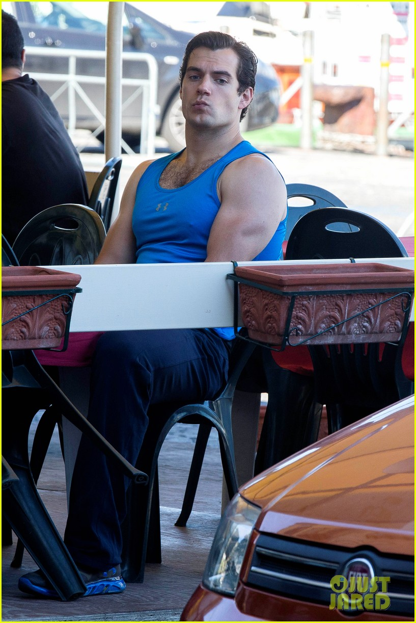 henry cavill shows off muscular arms for man from uncle 082960618