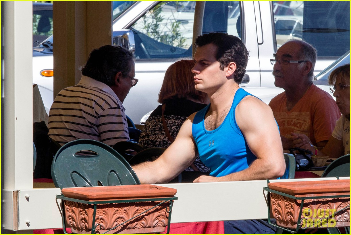 henry cavill shows off muscular arms for man from uncle 122960622