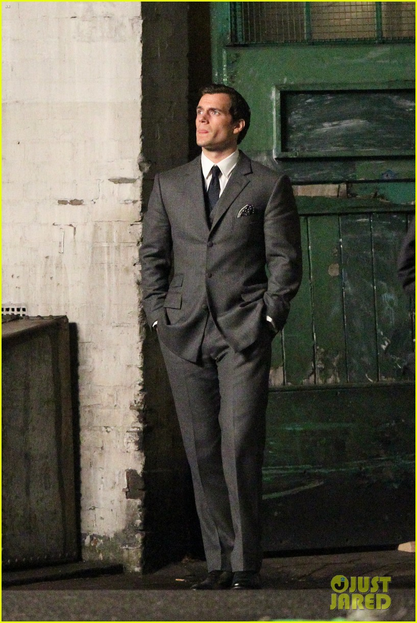 henry cavill suits up on man from uncle set 012955525