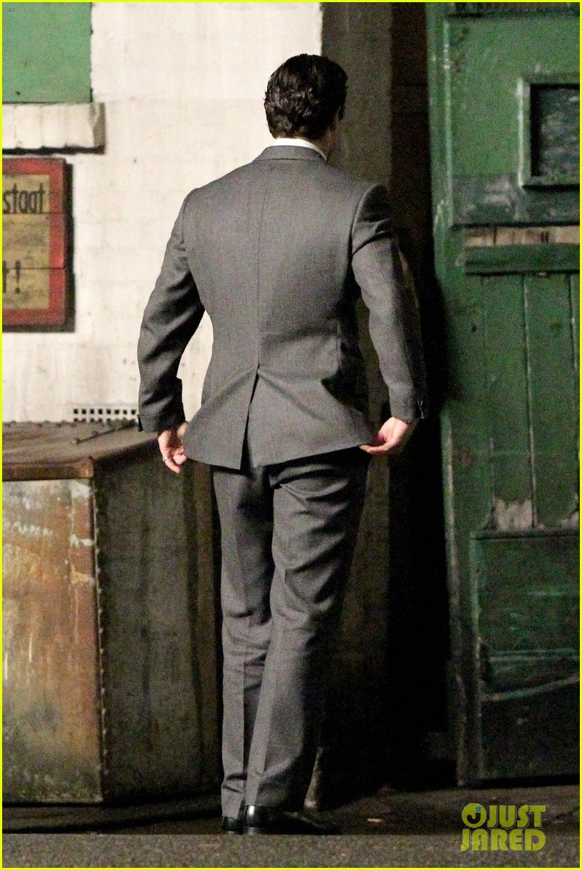henry cavill suits up on man from uncle set 032955527