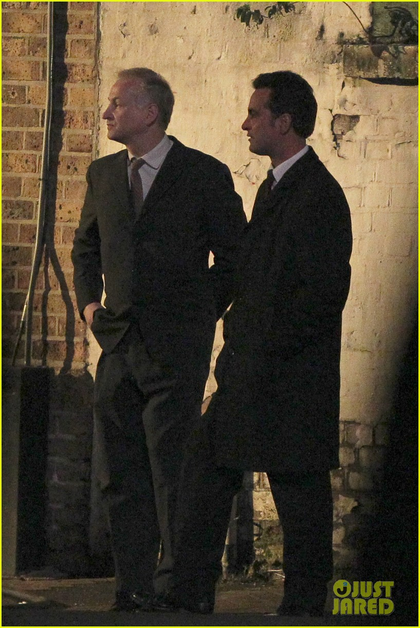 henry cavill suits up on man from uncle set 092955533