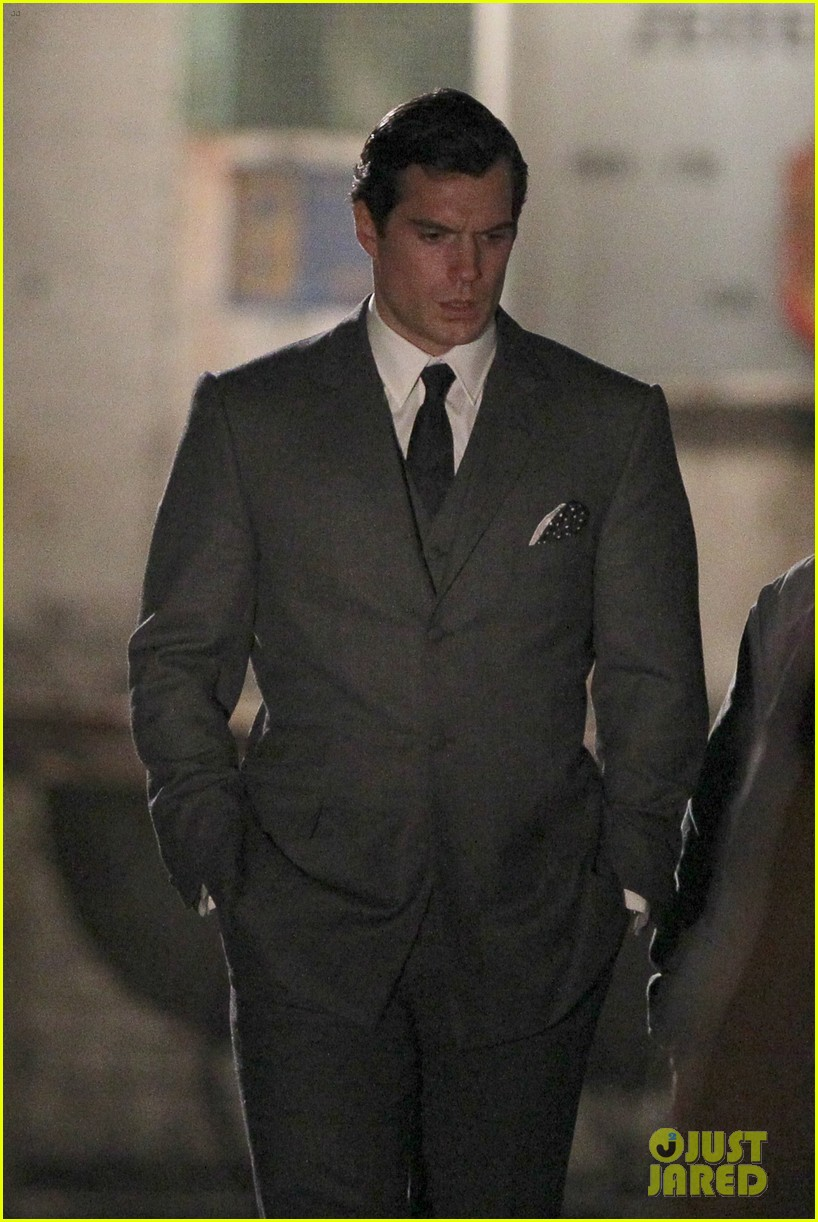 henry cavill suits up on man from uncle set 102955534