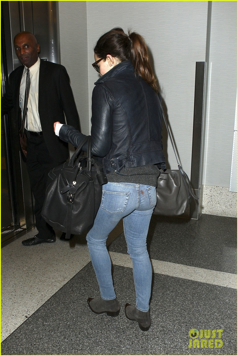 emilia clarke flies out of town after emmys loss 052958962